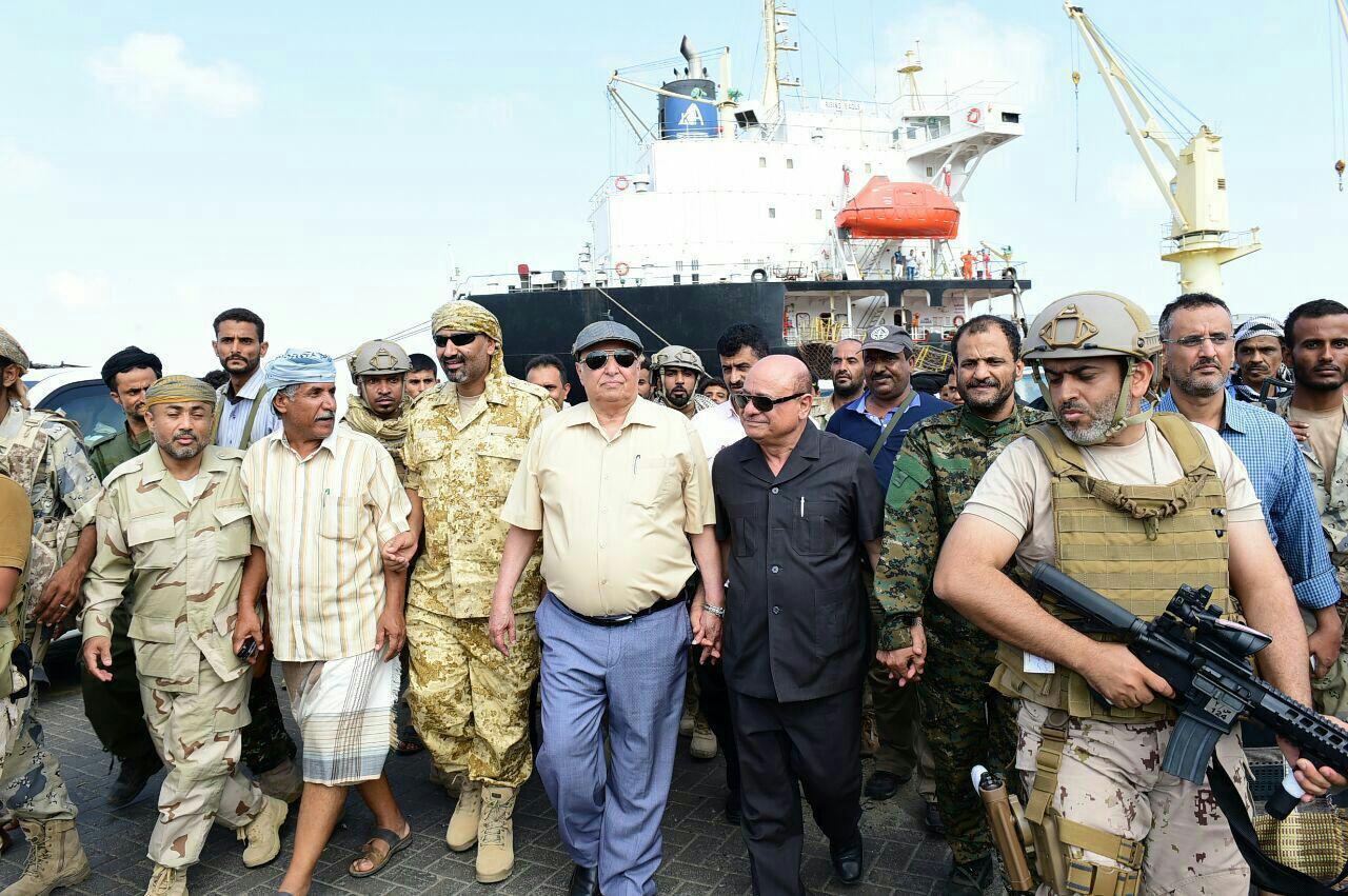 رئيس الجمهورية يتفقد ميناء الحاويات بعدن