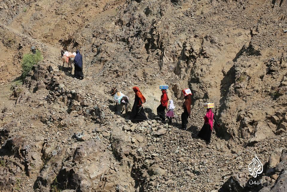 شاهد صورا لمعاناة 13 قرية تحاصرها مليشيا الحوثي وصالح في منطقة بلاد الوافي بتعز