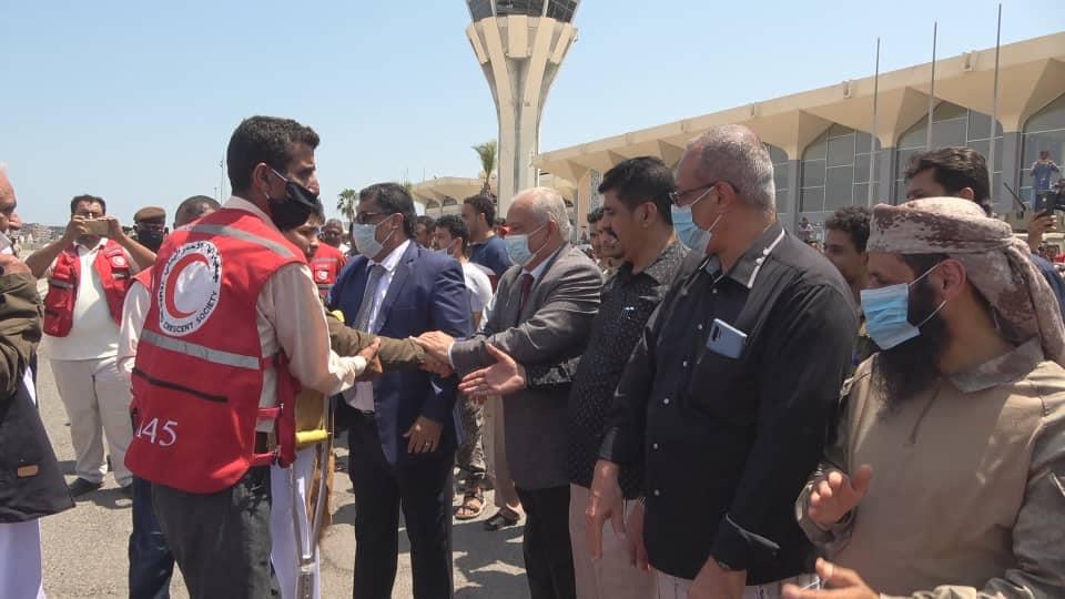 شاهد الصور.. احتفاء شعبي واستقبال رسمي بنجاح صفقة الأسرى والمختطفين في اليمن
