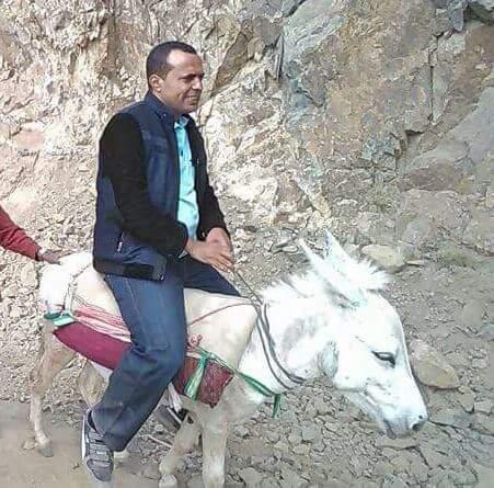 مراسل الجزيرة يتجول في مناطق النزاع بتعز على ظهر حمار