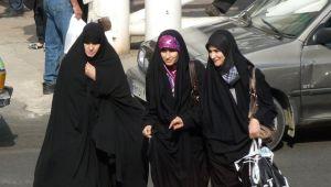 صحيفة بريطانية: المرأة في إيران عرضة للتحرش حتى بالحجاب
