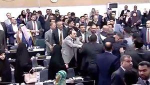 اشتباكات بالأيدي واعتصامات.. ونواب يصوتون على إقالة رئيس البرلمان العراقي