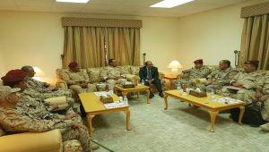الأحمر يلتقي قيادة الجيش ويدعو الموالين للانقلاب الانضمام للشرعية