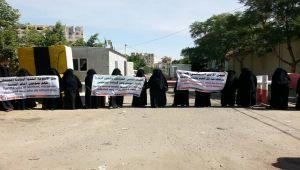 صنعاء.. أمهات المختطفين ينددن بمعاملة الحوثيين لأبنائهن في سجن الأمن السياسي