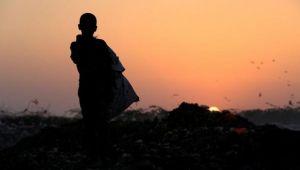 يمنيون شردتهم الحرب يفتشون في القمامة بحثا عن الطعام