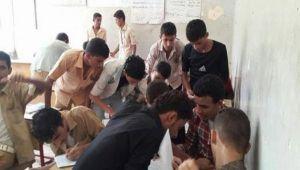 بتشجيع الحوثيين.. ظاهرة الغش تشارك الحرب في تدمير التعليم والواتساب وسيلة مفضلة (تقرير)
