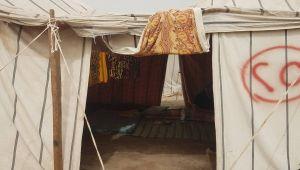 نازحو الحديدة قرب عدن.. حياة بائسة داخل الخيام.. وسبعة حمامات لمائة أسرة (تقرير ميداني)