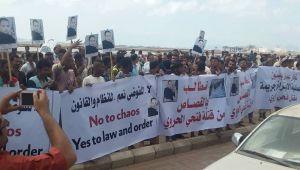 وقفة احتجاجية لتجار بعدن تطالب بالقبض على عصابة قتلت أحد العاملين