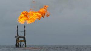 تخمة المعروض تدفع النفط لأدنى مستوى في 14 شهرا