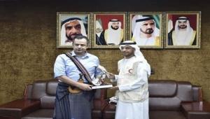 تكريمموظف إماراتي لرئيس الوزراء اليمني يثيرالسخرية والتهكم (رصد خاص)