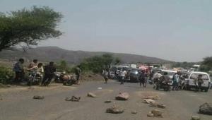 مقتل مدني وإصابة ثلاثة آخرين في اشتباكات مسلحة بتعز