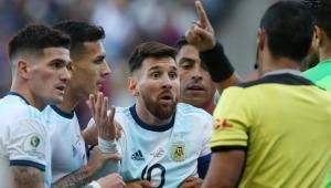 المصائب لا تأتي فرادى.. شاهد أول طرد لميسي في مشواره مع الأرجنتين