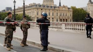 بينهم المنفذ.. خمسة قتلى في عملية طعن داخل مقر شرطة باريس