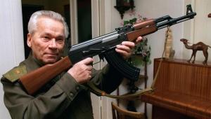 بذكرى ميلاده المئة.. ميخائيل كلاشنيكوف من مشروع شاعر إلى مصمم أشهر سلاح