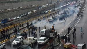 """خامنئي يؤيد رفع أسعار الوقود ويتهم """"الأعداء والثورة المضادة"""" بالوقوف وراء الاحتجاجات"""