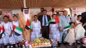 افتتاح مطار الريان.. غياب وزير النقل وحضور علم الإمارات وسفيرها يثير سخط اليمنيين