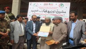 وزير الثروة السمكية يدشن مشروع توزيع 100 قارب للصيادين بالمهرة