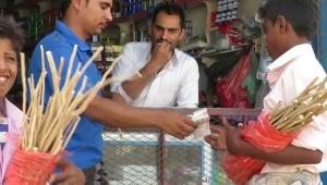 """رمضان موسم ذهبي لبائعي عود """"الأراك"""" في اليمن لتعويض ما خلفته الحرب (تقرير)"""