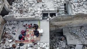 صورة من الحرب السورية.. إفطار رمضاني بين أنقاض البيت المدمر