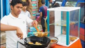 بيع السنبوسة واللحوح.. آمال اليمنيين المعدمين في تحسين معيشتهم خلال رمضان (تقرير)