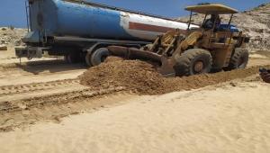 السلطة المحلية في المهرة تباشر بإصلاح الطرق التي تضررت بفعل السيول