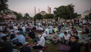 لا مصافحة ولا عناق.. فيروس كورونا يفرض على المسلمين احتفالا خاصا بعيد الأضحى هذا العام