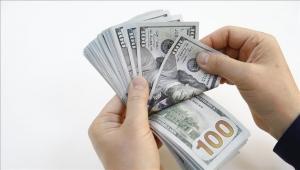 الدولار خارج السيطرة في اليمن... والحكومة تحظر التعاملات
