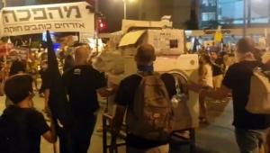 بعد فضيحة ملابسه المتسخة.. إسرائيليون يحضرون غسالة في مظاهراتهم ضد نتنياهو