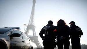 فرنسا تأخرت بإعلان الحادثة.. طعن مسلمتين أمام أطفالهما عند برج إيفل والأزهر يصفها بالعمل الإرهابي