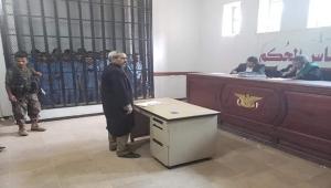 مسلح حوثي يهدد مختطفين بالتصفية في جلسة محاكمة بصنعاء