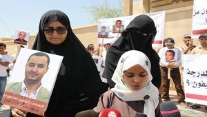 أسرة الصحفي المنصوري المختطف تُحمل الحوثيين مسؤولية سلامة صحة ابنها