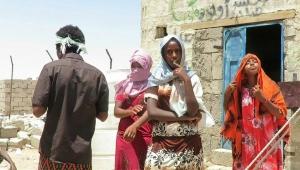 """بجهود ذاتية.. معلم يمني يجعل من صحراء """"الرويك"""" بمأرب دياراً لتعايش الديانات وسكنا للمهاجرين الأفارقة (تقرير)"""
