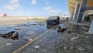 تفجيرات مطار عدن.. تراشق إعلامي وتبادل الاتهامات حول منفذ الهجوم (رصد)