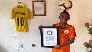 متأثرا بميسي ورونالدو- شاهد.. طفل نيجيري يدخل موسوعة غينيس بمهارة نادرة ويحلم بالمجد العالمي