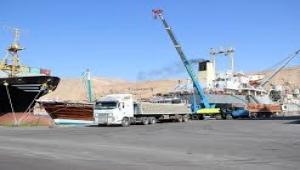 نقابية مؤسسة موانئ البحر الأحمر تُلّوِح بإضرابٍ شامل