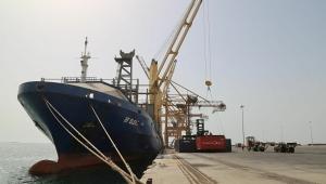الحكومة تسمح بدخول سفن نفطية إلى الحديدة