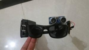 """""""نظارة الأمل"""".. يمنيات يبتكرنّ مشروعًا لمساعدة المكفوفين في مواجهة الإعاقة"""