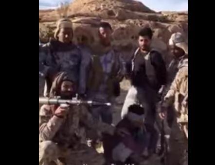شاهد.. جنود سعوديون يأسرون قناصا حوثيا بعد مواجهات عنيفة