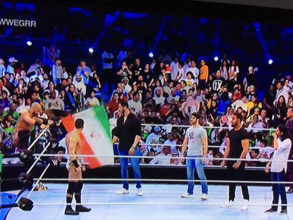 مصارع يرفع العلم الإيراني في وجه آل الشيخ خلال عرض المصارعة الحرة بجدة