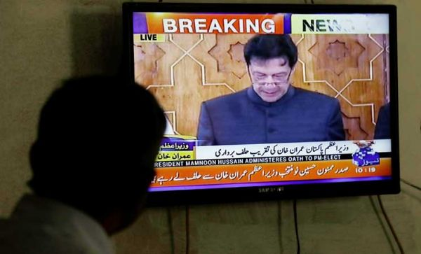 عمران خان يؤدي اليمين لتولي رئاسة الحكومة في باكستان