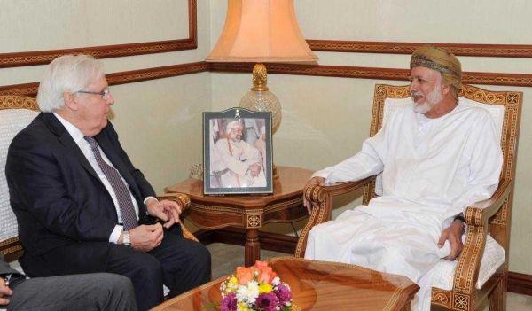 غريفيث يصل مسقط ويلتقي وزير الشؤون الخارجية العماني