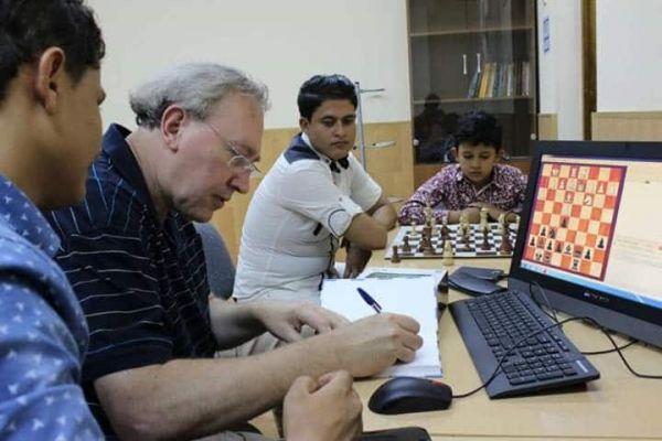 لاعب يمني يستعد للمشاركة بمونديال العالم للشطرنج للشباب بتركيا