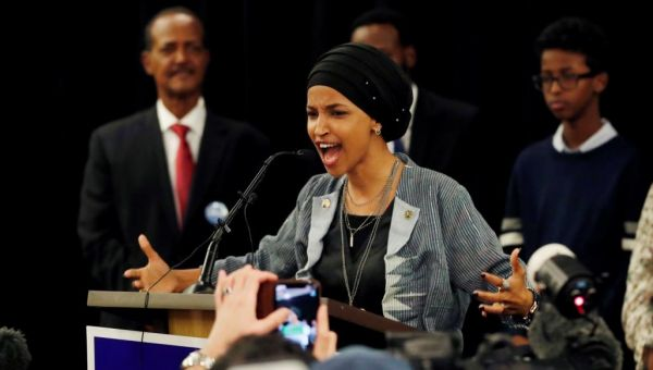 إلهان عمر.. من لاجئة صومالية إلى أول محجبة بالكونغرس