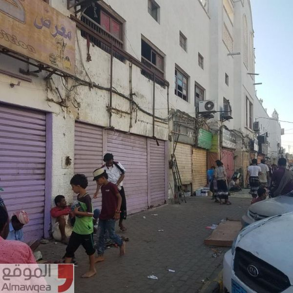 عشرات المحلات تغلق أبوابها بعدن احتجاجاً على ابتزاز مالي من قبل مسلحين