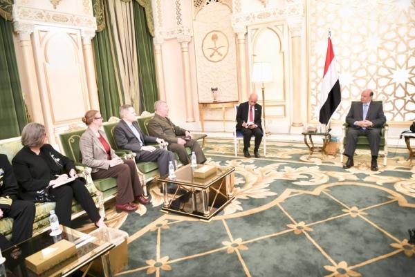 هادي يبحث مع قائد القيادة المركزية الأمريكية محاربة الإرهاب والتدخلات الإيرانية في اليمن