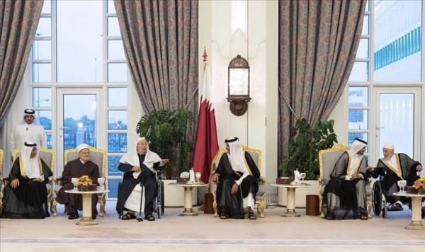 أمير قطر يقيم مأدبة إفطار لعلماء بينهم القرضاوي