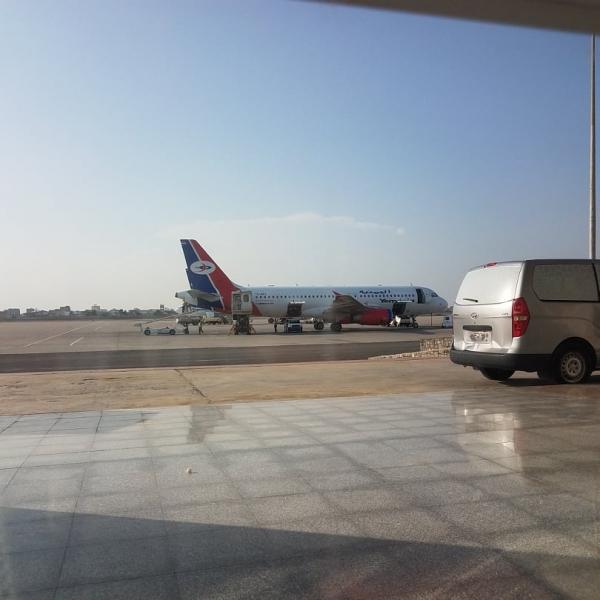 تأخر إقلاع طائرة للخطوط اليمنية في عدن بسبب تعطل التكييف