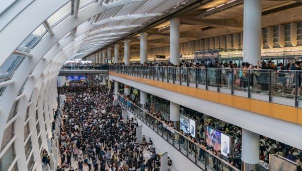 حشود من المحتجين تحتل مطار هونغ كونغ والسلطات تلغي الرحلات
