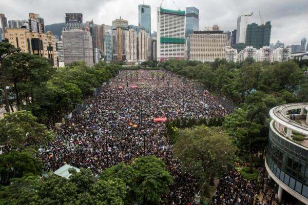 مئات الالاف في مسيرات