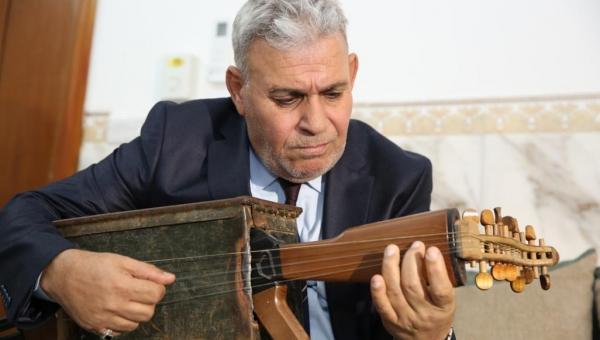 بالصور.. عراقي يحول بندقية كلاشينكوف لآلة موسيقية